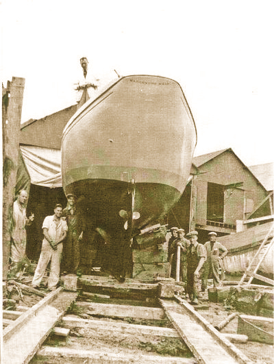 Marchwood Maid at Husband & Sons in 1937 with the carpenters of Camper & Nicholson